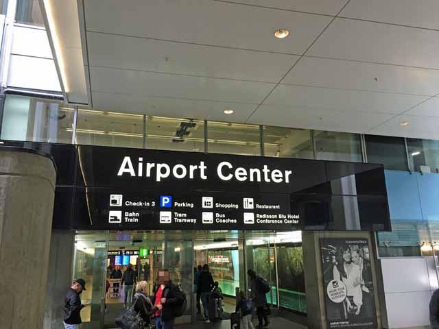 チューリッヒ国際空港に隣接しているAirport Center,ショッピングエリアです。スーパー、パン屋などもあります。